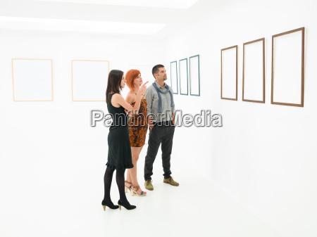 gruppe von menschen kunstwerke betrachten