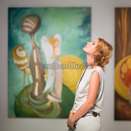 frau meditiert in kunstgalerie