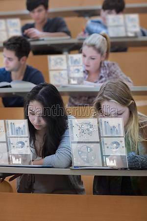 konzentrierte studenten auf ihre digitalen tabletten