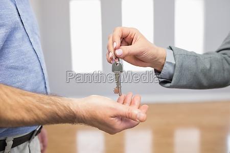 immobilienmakler, gibt, hausschlüssel, an, den, kunden - 10209875