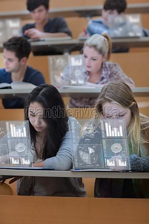 konzentrierte, studenten, auf, ihre, digitalen, werkzeugen - 10209941