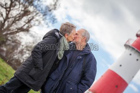 aelteres senioren paar gesund und gluecklich