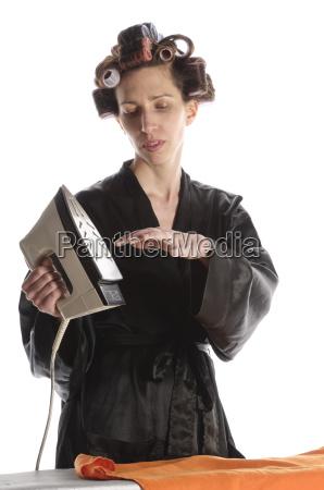 hausfrau mit buegelwaesche