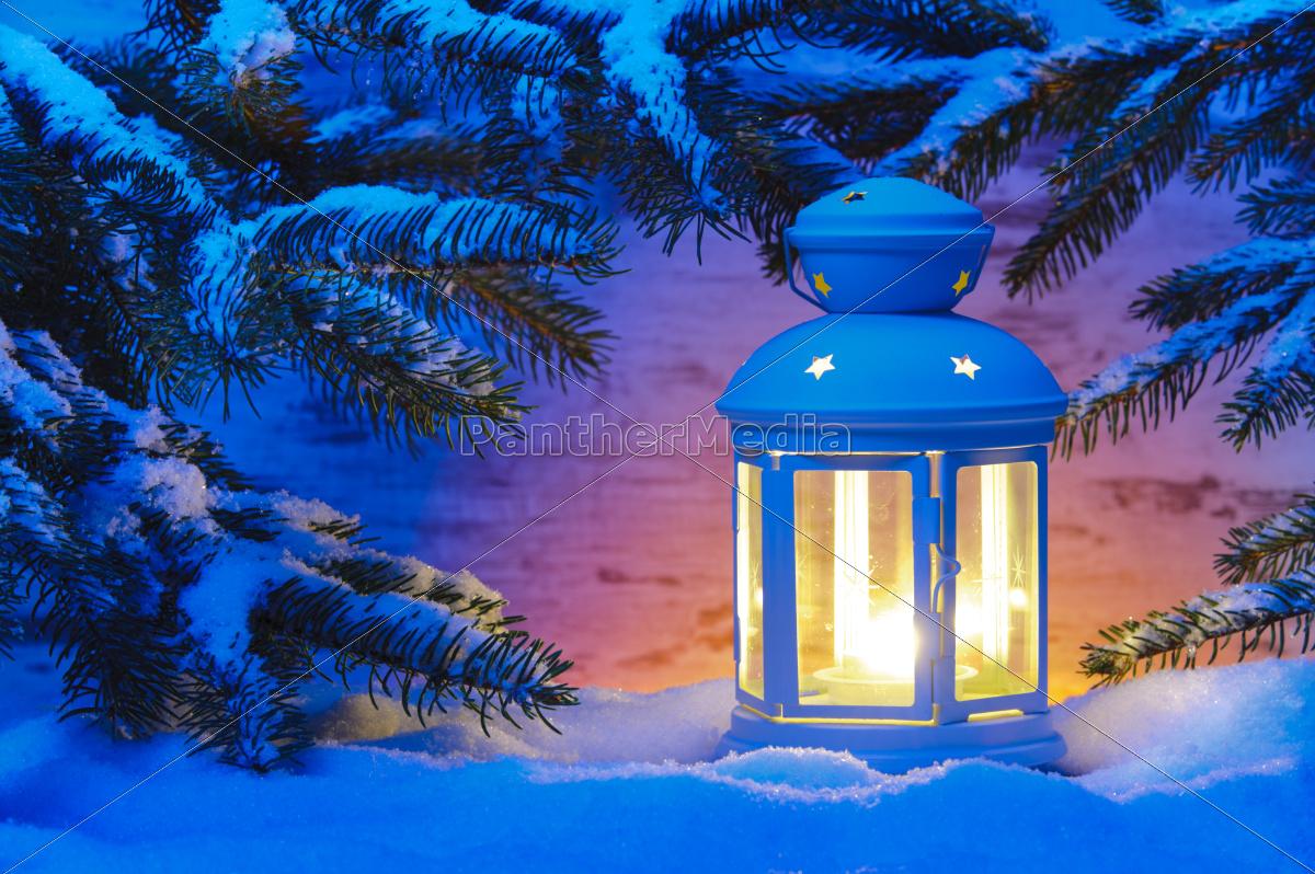 romantische laterne mit kerze im schnee an weihnachten. Black Bedroom Furniture Sets. Home Design Ideas