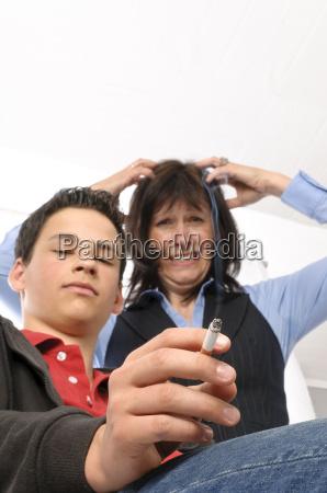 mutter schimpft weil sohn raucht