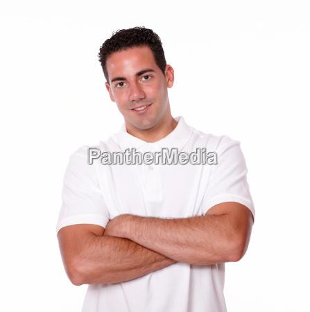 herrlicher lateinischer junger mann der seine