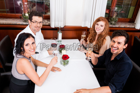 gemischte gruppe menschen lachend im restaurant