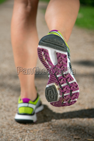 sportschuhe beim laufen joggen sport oder