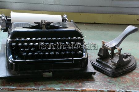 alte schreibmaschine auf einem tisch