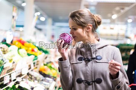 huebsche junge frau shopping fuer obst