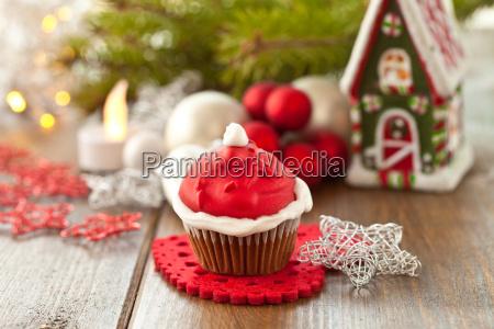 kleiner cupcake mit nikolaus haube