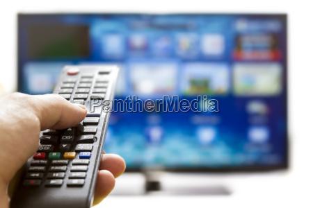 smart tv und hand druecken fernbedienung