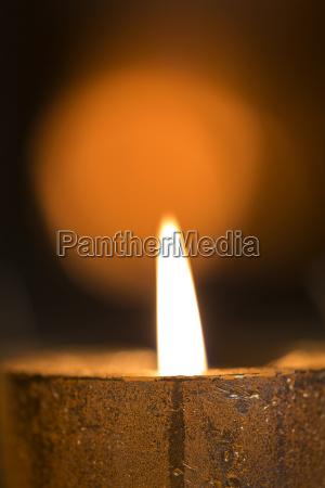 brennende kerze am adventskranz