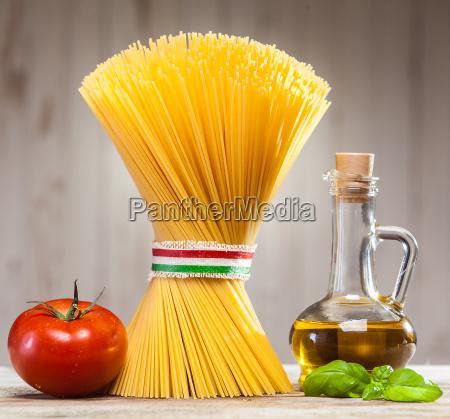 italienische spaghetti mit frischen zutaten