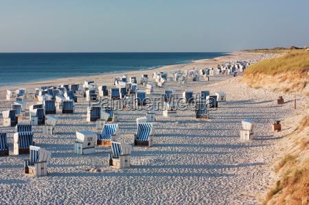 beach with beach baskets at kampen