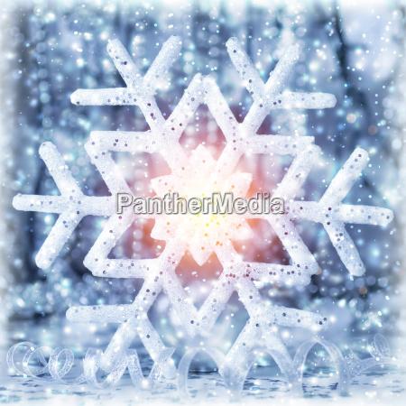 schoene glaenzende schneeflocke