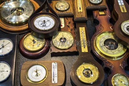 ein vintage kollektion von barometern und