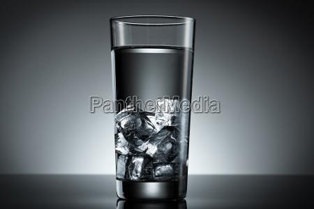 glas eiswuerfel wasser