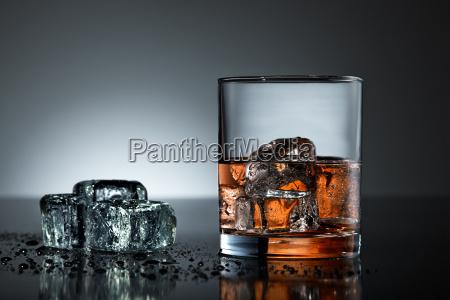 glas becher trinkgefaess kelch trinken trinkend