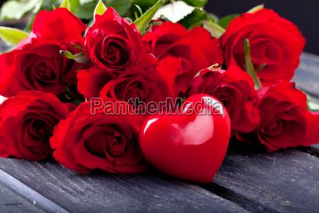 rote herzen und rote rosen