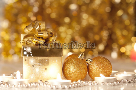geschenkboxkerzen und weihnachtskugeln