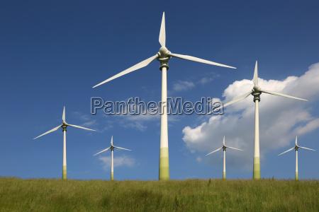 windraeder auf einer wiese thema energie