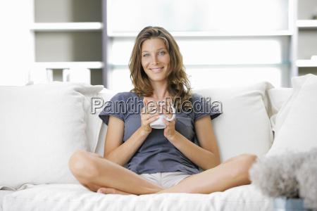 nette junge dame mit einer tasse