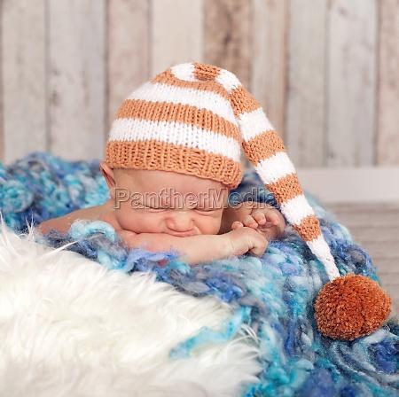neugeborenes schlaeft und traeumt