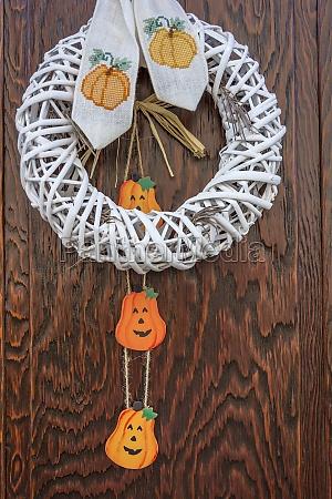 halloween kuerbis dekoration auf holztuer
