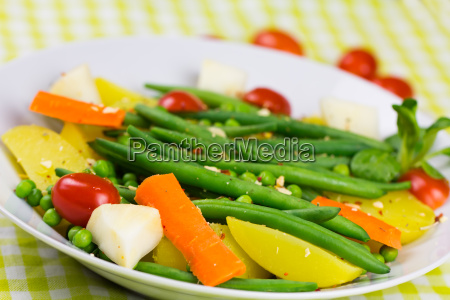 vegan gemuese salat feldsalat beilage tomate
