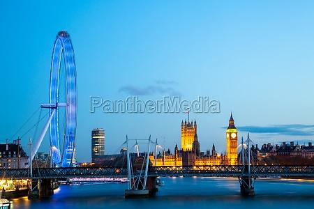 london eye in der abenddaemmerung