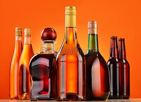 flaschen mit verschiedenen alkoholischen getraenken
