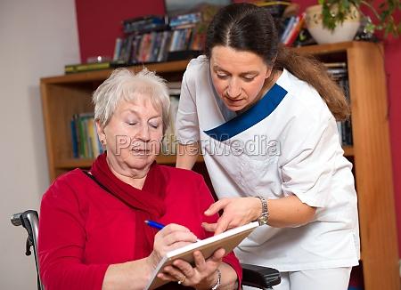 infermiera che aiuta anziano in una
