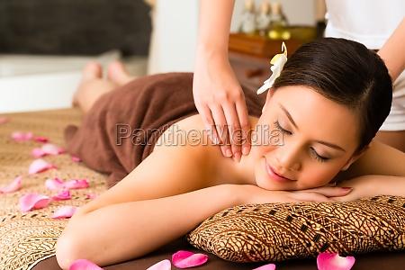 chinesische frau am wellness massage mit