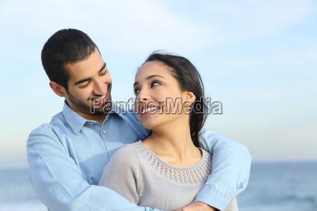 arabo casual coppia coccole felice con