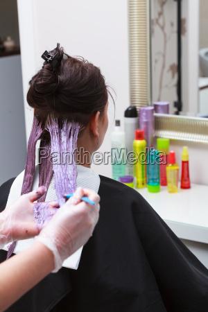 anwendung friseur farbe kundin im salon