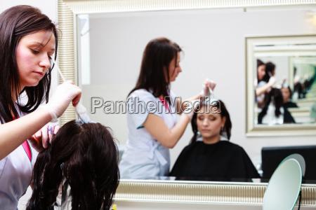 friseur anwendung farbe weibliche kunden im