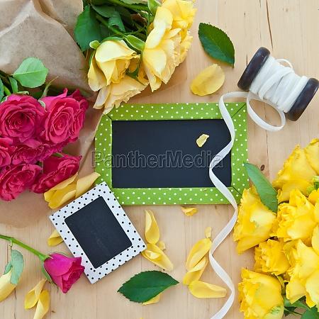 bunte rosen und kleine tafeln