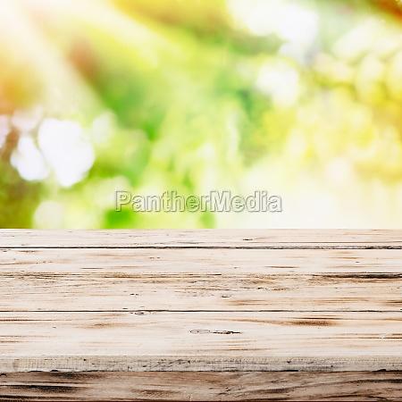 leere rustikalen holztisch mit goldenen sonnenlicht