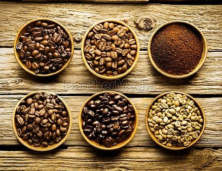 fuenf sorten von kaffeebohnen und pulver