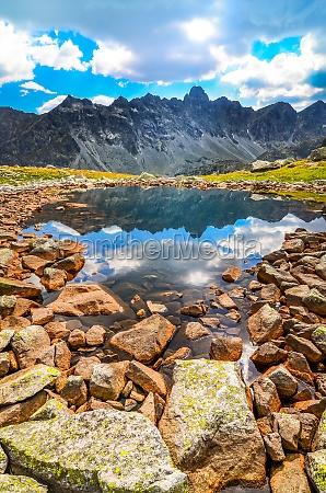 malerische vertikale ansicht eines bergsee in