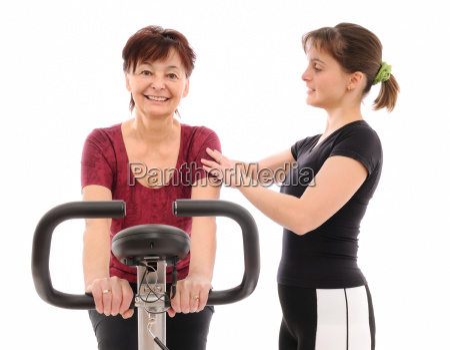 aeltere frau mit trainer