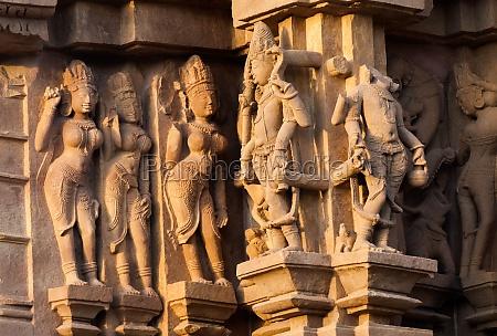 apsaras und surasundaris bildhauer khajuraho indien