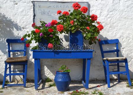 typischer griechischer hof mit blauen blumentoepfen
