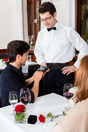 glueckliches erwachsenes paar im restaurant zum