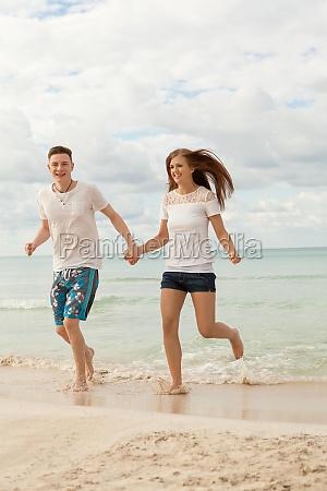 lachendes junges glueckliches paar im sommer