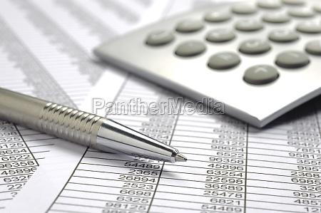 rechnung mit stift und zahlentabelle