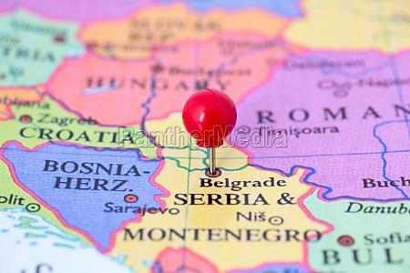 rote druckbolzen auf karte von serbien