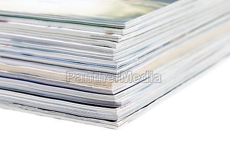 nahaufnahmen von stapel von bunten zeitschriften