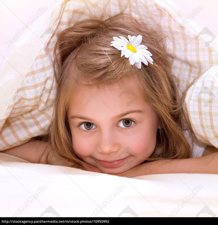 kleines m dchen im bett lizenzfreies foto 10950992. Black Bedroom Furniture Sets. Home Design Ideas